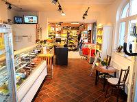 Blick vom Café Richtung Laden